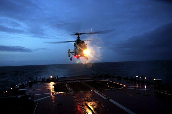 Плановые ночные полеты авиагруппы отряда боевых кораблей Северного флота в районе Северо-восточной Атлантики - Sputnik Таджикистан