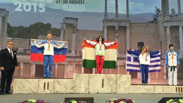 Сабина Тюряева (в центре) на пьедестале чемпионата мира по таэквон-до в Болгарии - Sputnik Таджикистан