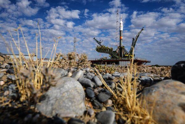 Вывоз и установка на старт РКН Союз-ФГ с транспортным пилотируемым кораблем Союз ТМА-18М на космодроме Байконур - Sputnik Таджикистан