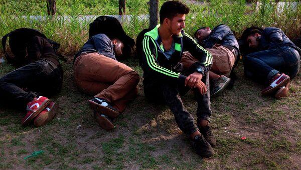Беженцы из Афганистана отдыхают после пересечения венгерской границы. Архивное фото. - Sputnik Таджикистан