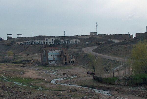 Старые постройки возле урановых шахт в районе г. Истиклол. Архивное фото - Sputnik Таджикистан