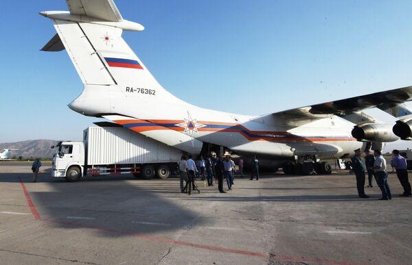Прибытие в Душанбе борта МЧС России «Ил-76», который доставил в Таджикистан выделенный Росрезервом гуманитарный груз для оказания помощи населению Республики Таджикистан, пострадавшему в результате стихийных бедствий летом 2015 г. - Sputnik Таджикистан