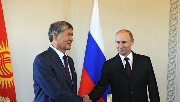 Президент РФ Владимир Путин и глава Кыргызстана Алмазбек Атамбаев, архивное фото - Sputnik Тоҷикистон