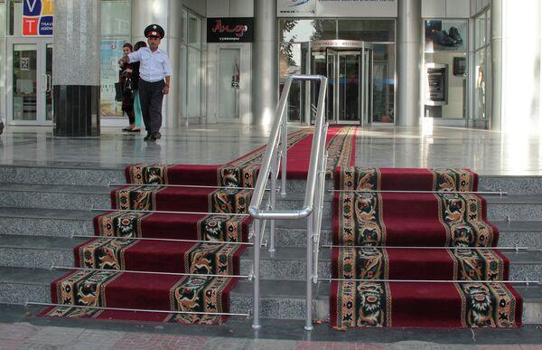 Красная ковровая дорожка у входа в Вефа-центр - Sputnik Таджикистан