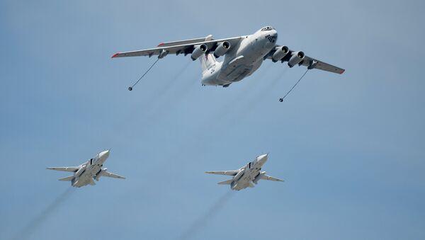 Самолёт-заправщик Ил-78 и фронтовые бомбардировщики Су-24. Архивное фото. - Sputnik Таджикистан
