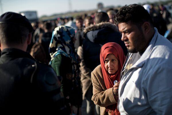 Женщина ждет в линии для того, чтобы попасть в центр приема для мигрантов и беженцев в Хорватии, 23 сентября, 2015г. - Sputnik Таджикистан