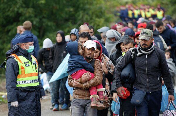 Группа мигрантов идет к железнодорожной станции, находящейся в одном из венгерских сел. 24 сентября, 2015г. - Sputnik Таджикистан