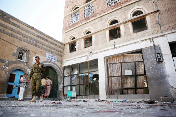 Место взрыва в мечети в столице Йемена Сане, 24 сентября, 2015г. - Sputnik Таджикистан