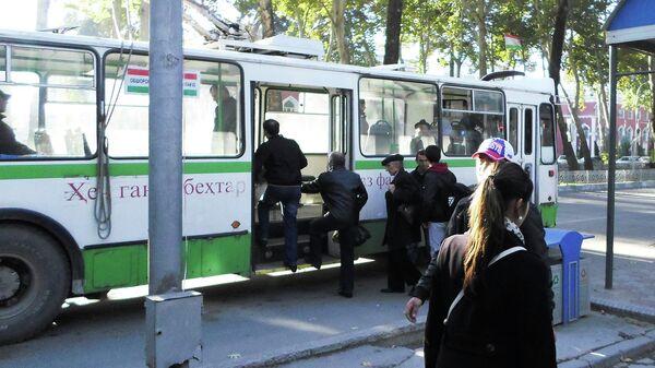 Пассажиры заходят в троллейбус на проспекте Рудаки. Архивное фото - Sputnik Тоҷикистон