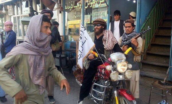 Боевик Талибана на мотоцикле в районе афганского города Кундуз 29 сентября 2015 года - Sputnik Таджикистан