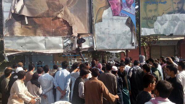 Сторонники Талибана срывают плакаты на улицах Кундуза 29 сентября 2015 года - Sputnik Таджикистан