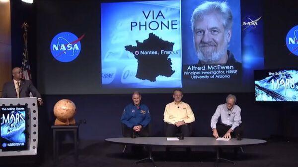Ученый НАСА объявил о наличии воды на Марсе. Кадры с пресс-конференции - Sputnik Таджикистан