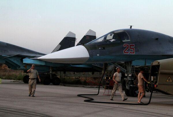 Технический персонал обслуживает российские самолеты СУ 34 в аэропорту Хмеймим в Сирии - Sputnik Таджикистан