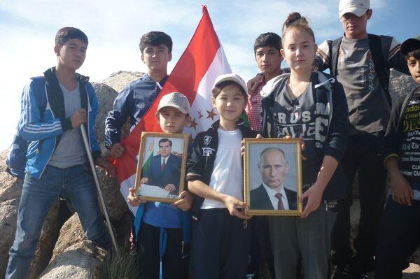 Портреты Рахмона и Путина установлены на пике Музбек - Sputnik Таджикистан