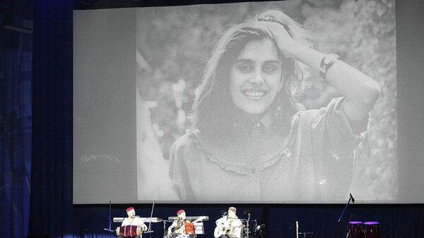 Портрет Наргис Бандишоевой на концерте группы Baraka - Sputnik Таджикистан