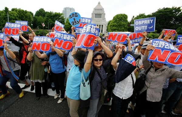 Граждане Японии протестуют против переселения базы армии США в Хеноко на Окинаву. 24 мая 2015 года. - Sputnik Таджикистан