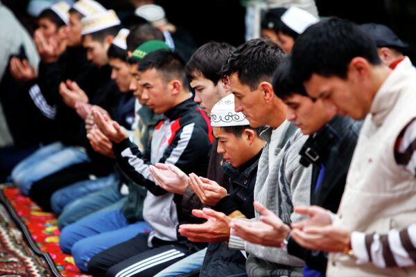 Пятничная молитва жителей Бишкека в мечети. Архивное фото - Sputnik Таджикистан