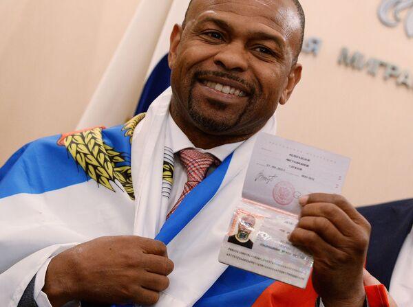 Боксер Рой Джонс получил российский паспорт - Sputnik Таджикистан