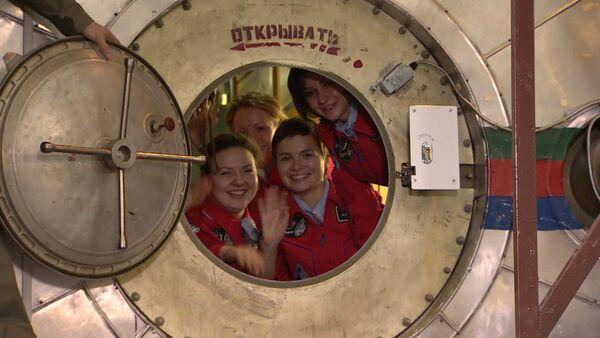 Участницы проекта Луна-2015 задраили люк капсулы перед полетом в космос - Sputnik Таджикистан