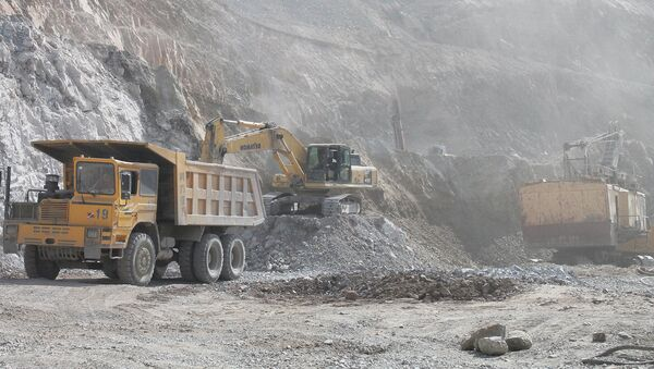 Погрузка руды на СП Зарафшон - Sputnik Таджикистан