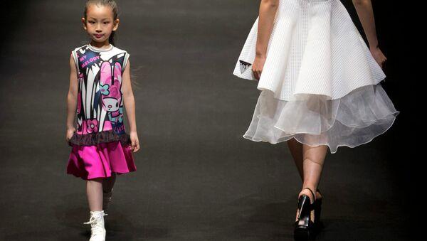 Модель презентует одежду от Hello Kitty и My Melody Comme Tu Es - Sputnik Таджикистан