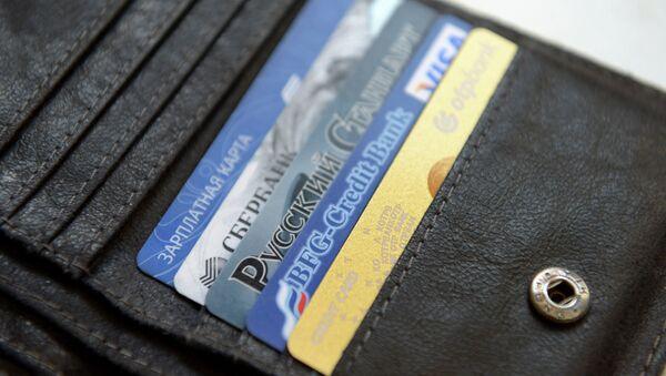 Банковские карты в кошельке. Архивное фото - Sputnik Таджикистан