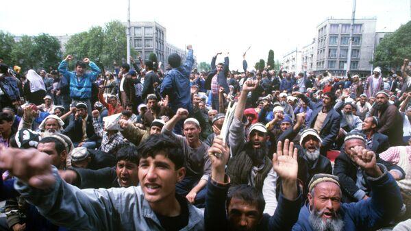 Митинг в Душанбе на площади Шахидон в мае 1992 года - Sputnik Тоҷикистон