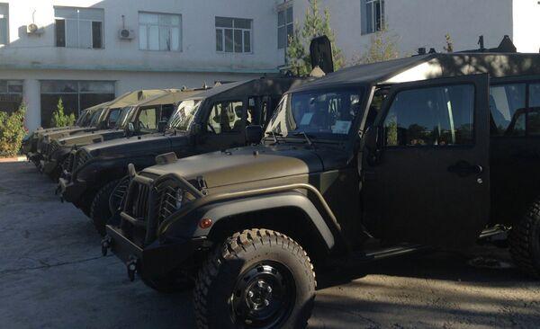 США подарили 5 джипов таджикским миротворцам - Sputnik Таджикистан