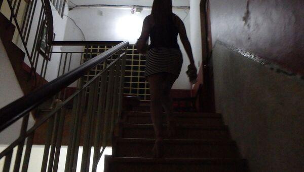 Девушка на лестнице. Архивное фото - Sputnik Таджикистан