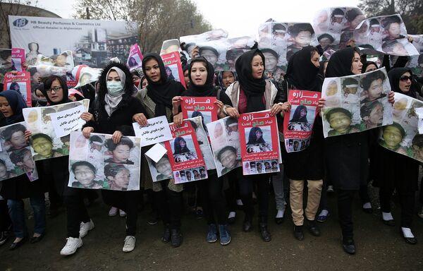 Участники траурного митинга в Кабуле с фотографиями семи обезглавленных боевиками ИГ заложников в провинции Газни. Архивное фото - Sputnik Таджикистан