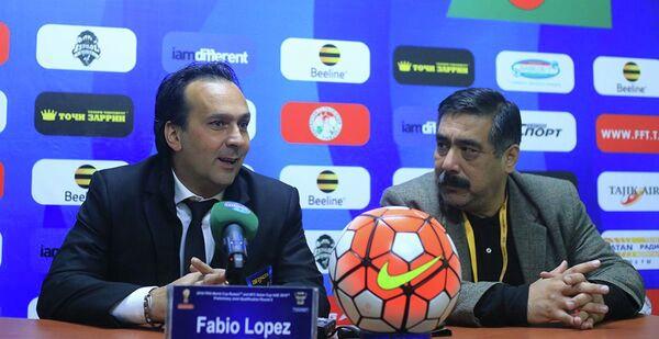 Главный тренер сборной Бангладеш по футболу Фабио Лопес (слева) на пресс-конференции в Душанбе 12.11.2015 - Sputnik Таджикистан