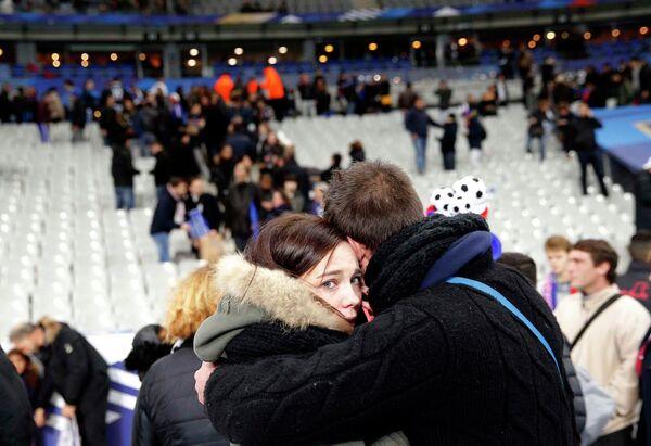 Люди во время эвакуации со стадиона Stade de France, рядом с которым прогремели взрывы - Sputnik Таджикистан