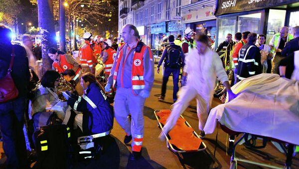 Люди после эвакуации из театра Баталкан в Париже, подвергшийся атаке террористов - Sputnik Таджикистан