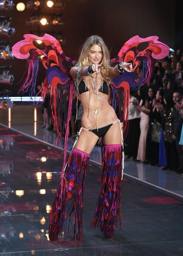 Что ж, посмотрим, чем бренд порадует поклонников в следующий раз.Марта Хант на показе Victoria's Secret в Нью-Йорке. - Sputnik Таджикистан