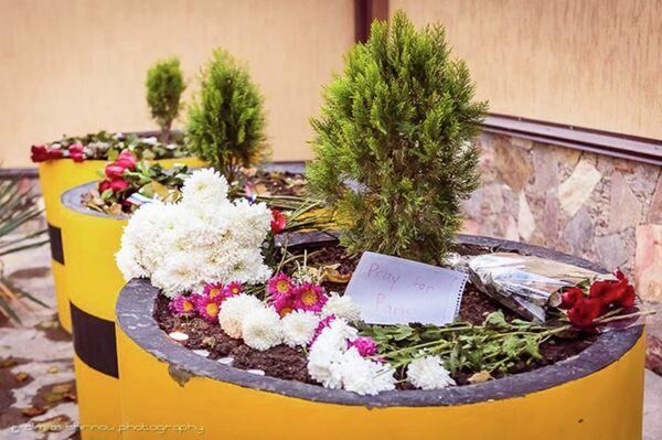 Цветы у посольства Франции в Душанбе. Архивное фото - Sputnik Таджикистан