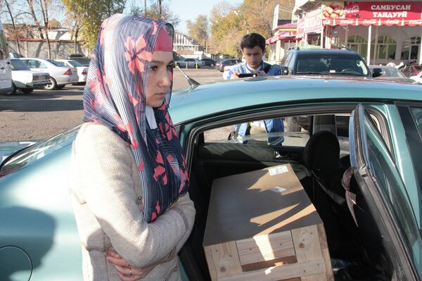 Зарина Юнусова с телом сына Умарали Назарова в аэропорту Душанбе - Sputnik Таджикистан