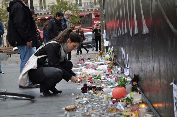 Люди чтят память погибших в терактах на площади Республики в Париже - Sputnik Таджикистан