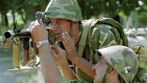 Солдаты-контрактники 149-го мотострелкового полка 201-й мотострелковой дивизии ВС РФ готовятся к стрельбе из гранатомета. Архивное фото - Sputnik Таджикистан