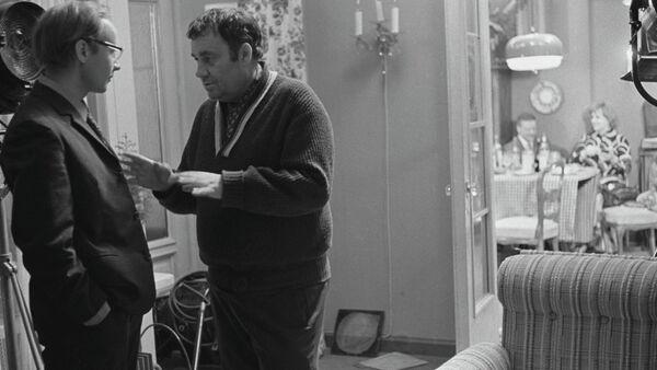 Кинорежиссер Эльдар Рязанов и актер Андрей Мягков на съемках фильма Служебный роман - Sputnik Таджикистан