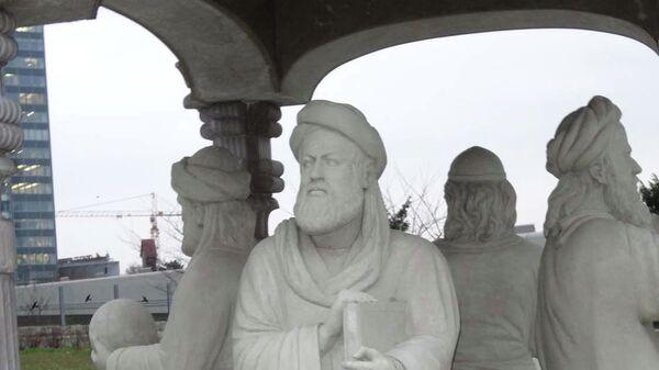 Авиценна - врач, поэт, философ, математик и натуралист. Статуя на территории штаб-квартиры ООН в Вене - Sputnik Тоҷикистон