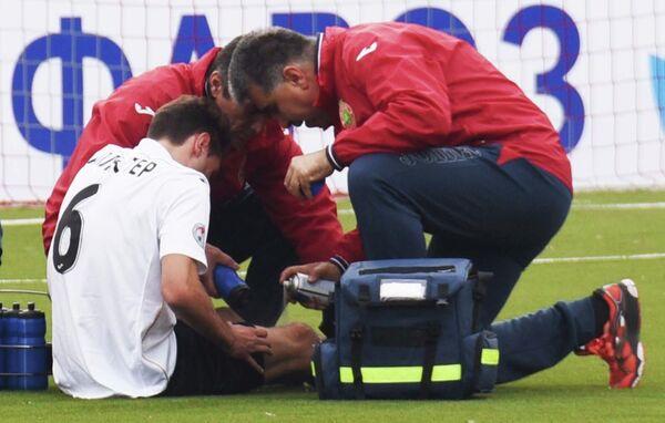 Таджикский врач Фаррух Авезов во время оказания помощи футболисту. Архивное фото - Sputnik Таджикистан