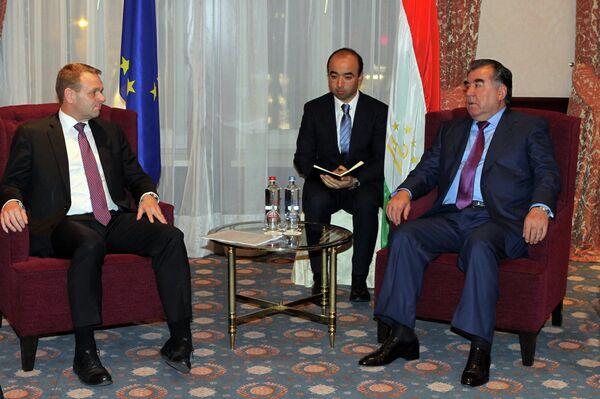 Встреча президента Таджикистана Эмомали Рахмона с вице-президентом Европейского инвестиционного банка (ЕИБ) Вильгельмом Мольтерером в Брюсселе - Sputnik Таджикистан