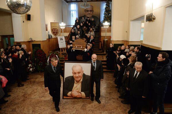Гроб с телом кинорежиссера Эльдара Рязанова выносят из здания Центрального дома литераторов после церемонии прощания - Sputnik Таджикистан