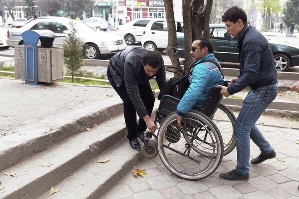 Гулом Назаров, инвалид-колясочник в городе Душанбе - Sputnik Таджикистан