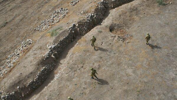 Таджикские пограничники охраняют таджикско-афганскую границу. Архивное фото. - Sputnik Таджикистан