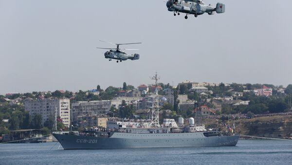 Вертолеты Ка-32 и средний разведывательный корабль Черноморского флота Приазовье. Архивное фото. - Sputnik Таджикистан