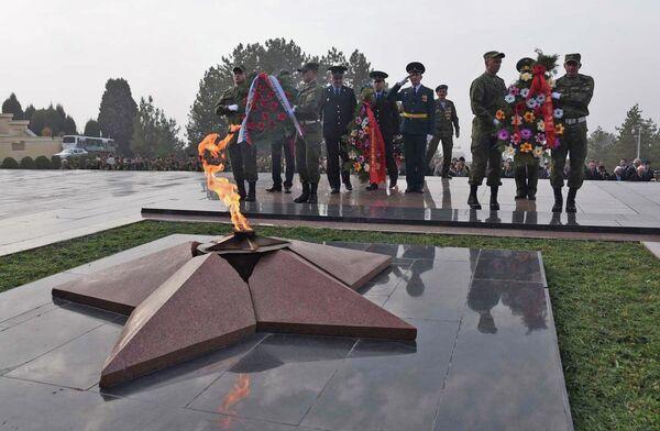 Митинг, посвящённый Дню начала контрнаступления советских войск против немецко-фашистских войск в битве под Москвой, в парке Победы г. Душанбе - Sputnik Таджикистан