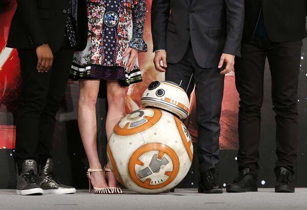 Дроид BB-8 позирует перед гостями во время пресс-конференции накануне премьеры фильма Звездные войны: Пробуждение силы в городе Ураясу (Япония). Архивное фото - Sputnik Таджикистан