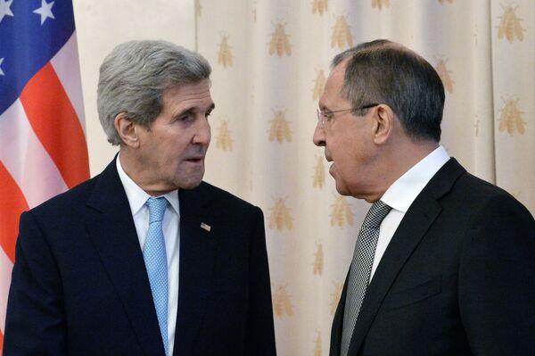 Министр иностранных дел РФ Сергей Лавров (справа) и государственный секретарь США Джон Керри во время встречи в Москве - Sputnik Таджикистан