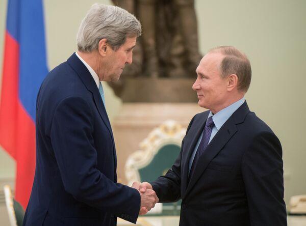 Президент России Владимир Путин (справа) и государственный секретарь США Джон Керри во время встречи в Кремле 15 декабря 2015 - Sputnik Таджикистан
